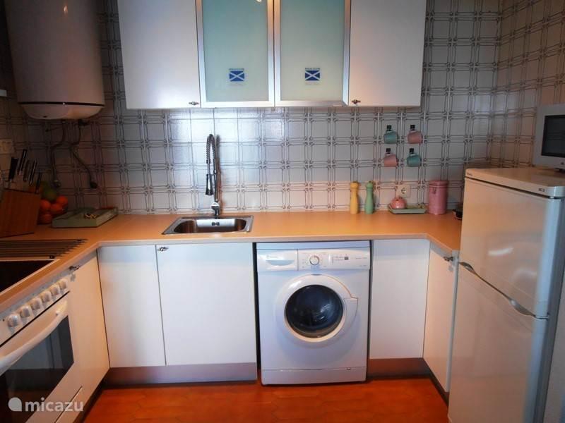 complete open keuken grenzend aan woonkamer.