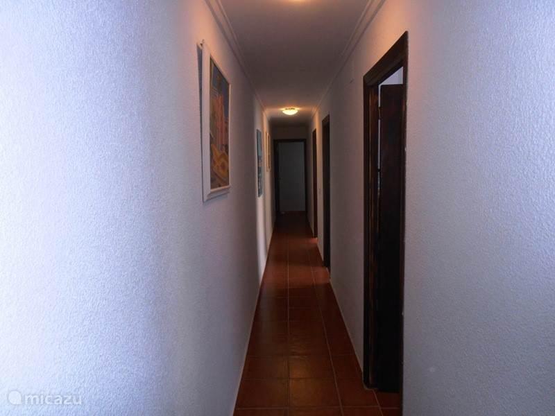 lange hal met deuren naar slaapkamers,badkamer en huiskamer.