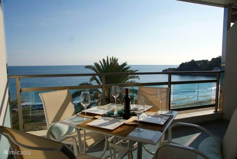 het gezellige terras incl. zonnescherm en eettafel met comfortabele stoelen