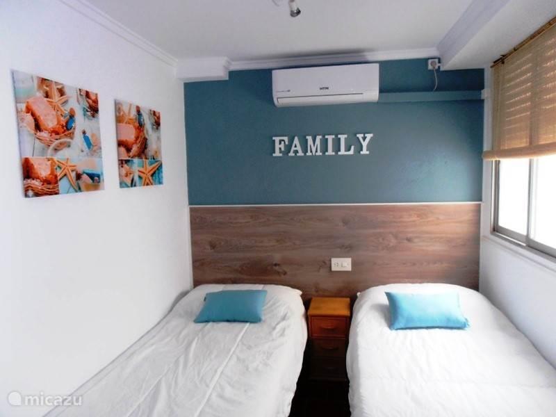 de kleine slaapkamer met airco.