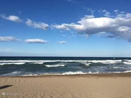 Het strand vlakbij het huis