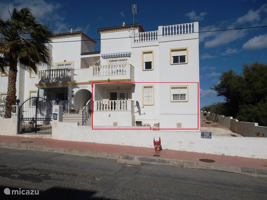 Voorzijde van het gebouw. Ons appartement ligt op de begane grond en is rood omlijnd.