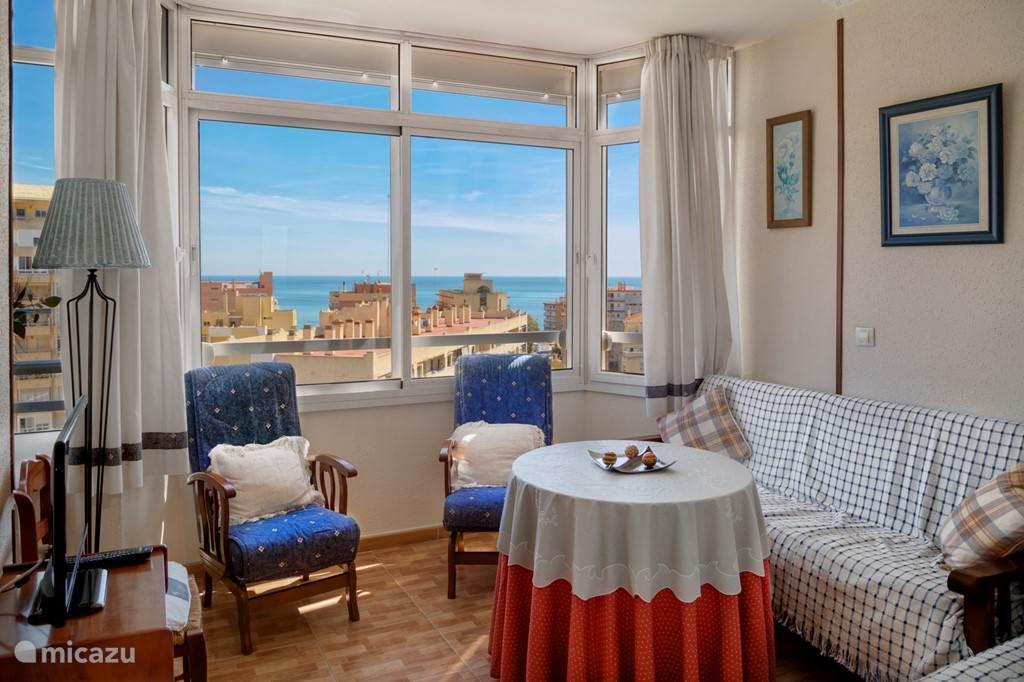 De huiskamer en het uitzicht naar zee