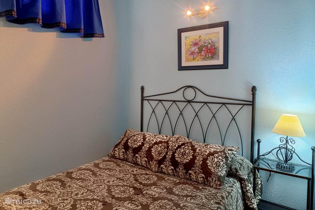 De slaapkamer met het tweepersoonsbed