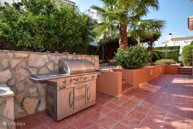 Tuin met buiten keuken en terras