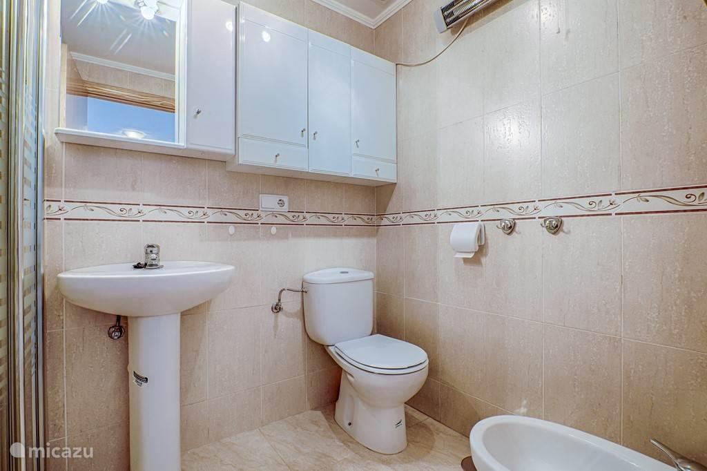 ruime badkamer met toilet