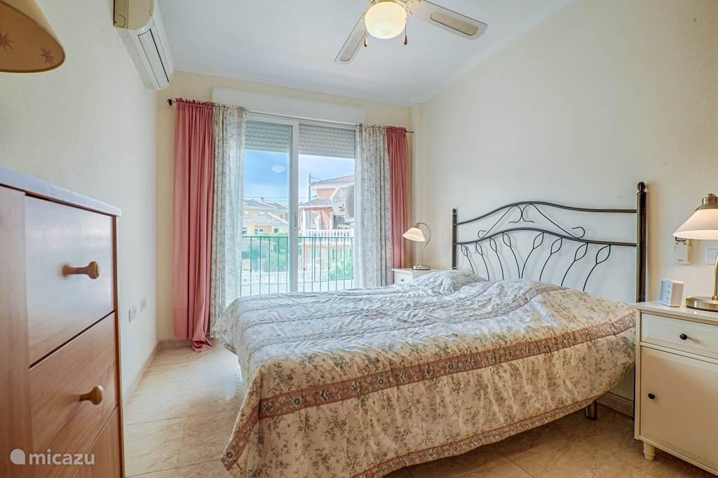 grote slaapkamer met tweepersoonsbed, heerlijk matras