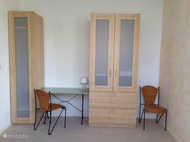 Slaapkamer met kastenwand