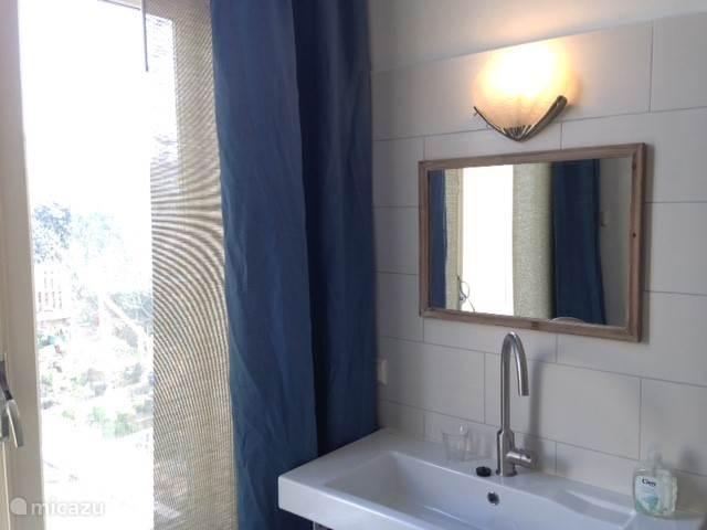 Badkamer met vaste wastafel