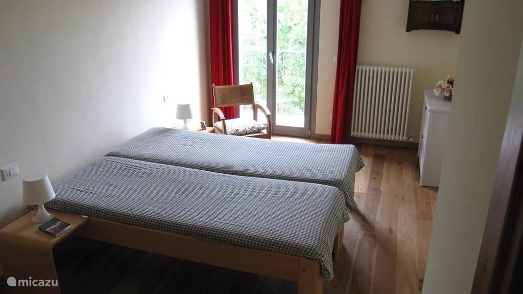 Tweede slaapkamer met ruimte voor een extra bed en groot balkon.