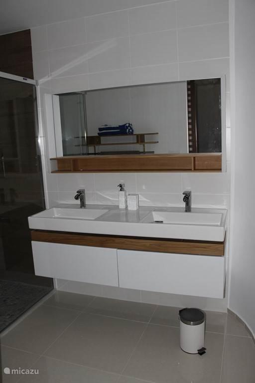 Badkamer achter grote slaapkamer