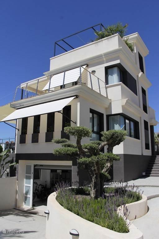Villa met zonneschermen