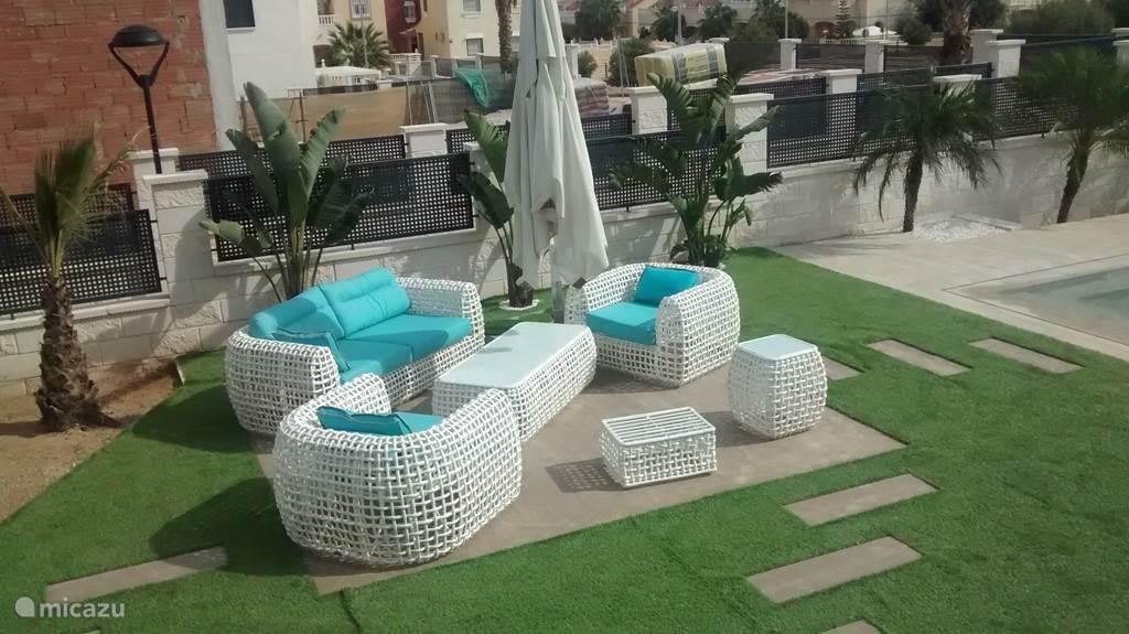 Lounge in tuin met grote parasol