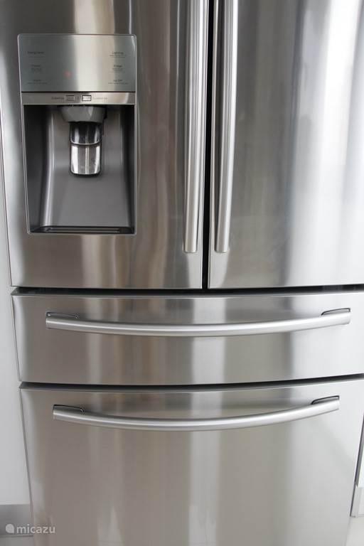 Moderne koelkast met water en ijsblokjes