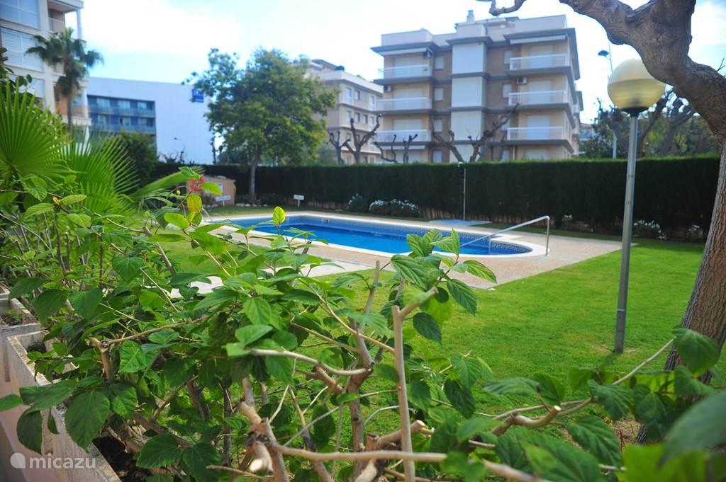 Terras met uitzicht op de tuin en het zwembad.