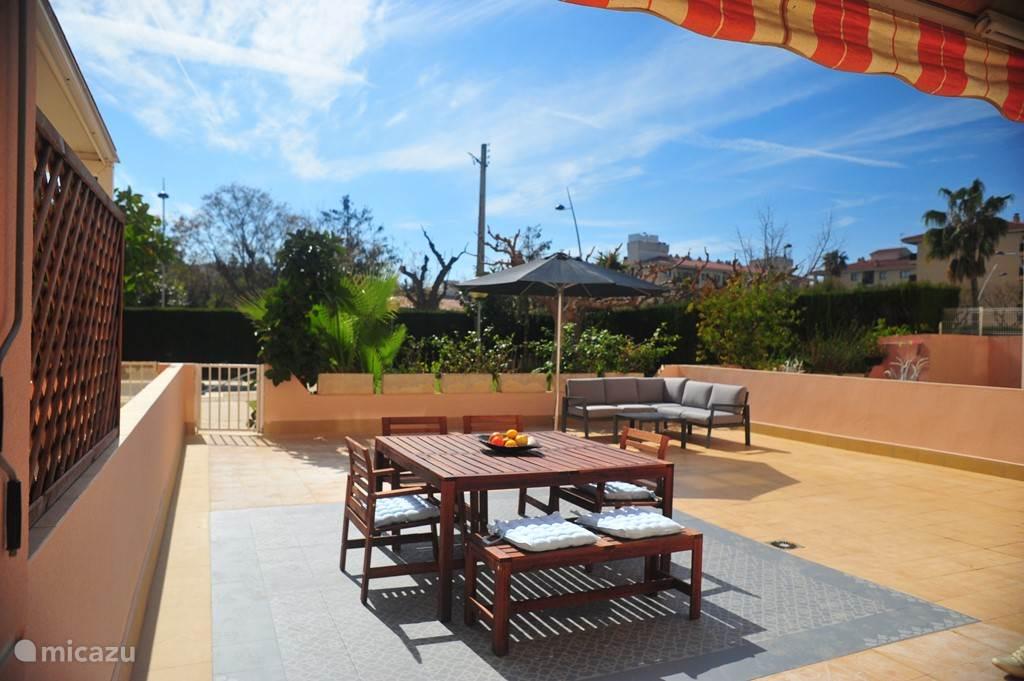 Terras met toegang tot tuin en zwembad
