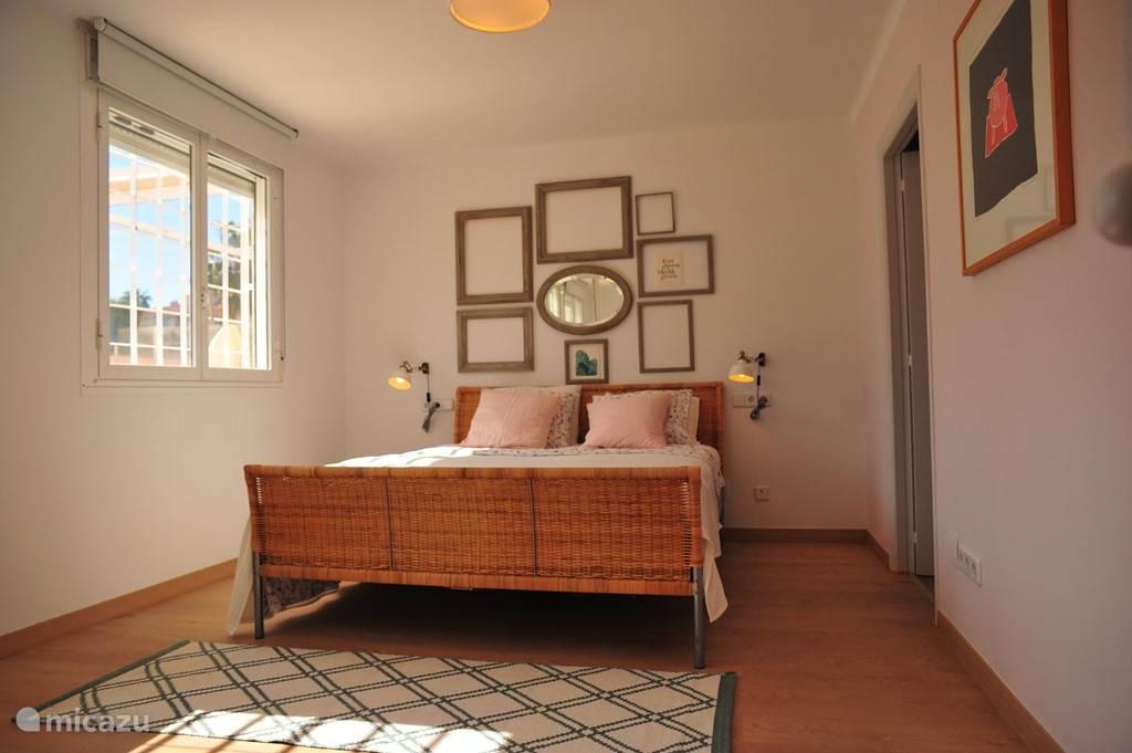 Slaapkamer 1 (en suite) met directe toegang tot badkamer.