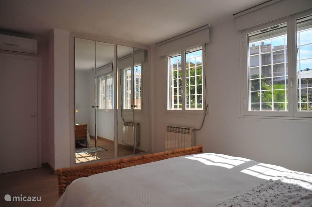 Slaapkamer 1 grenst aan het terras. Het bed is 1.60m breed en 2.00m lang.