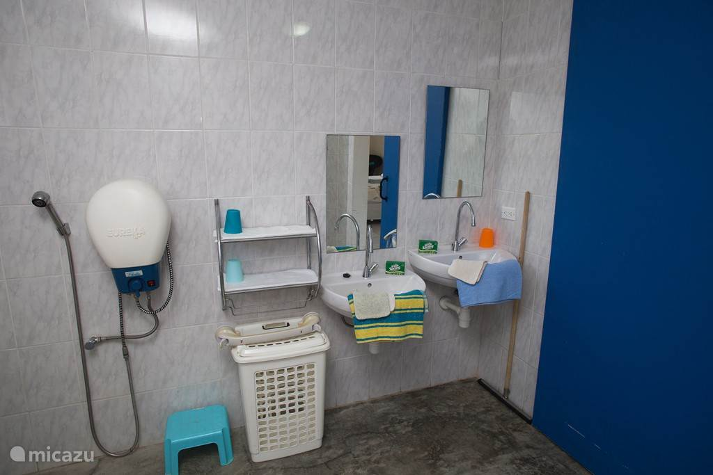 Eine niedrige und hohe Waschbecken