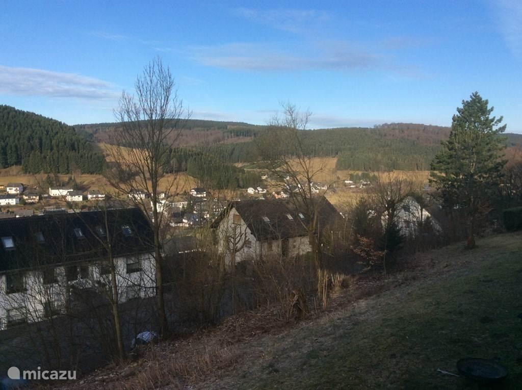 Uitzicht vanuit de woonkamer en het zonnige terras op het zuiden