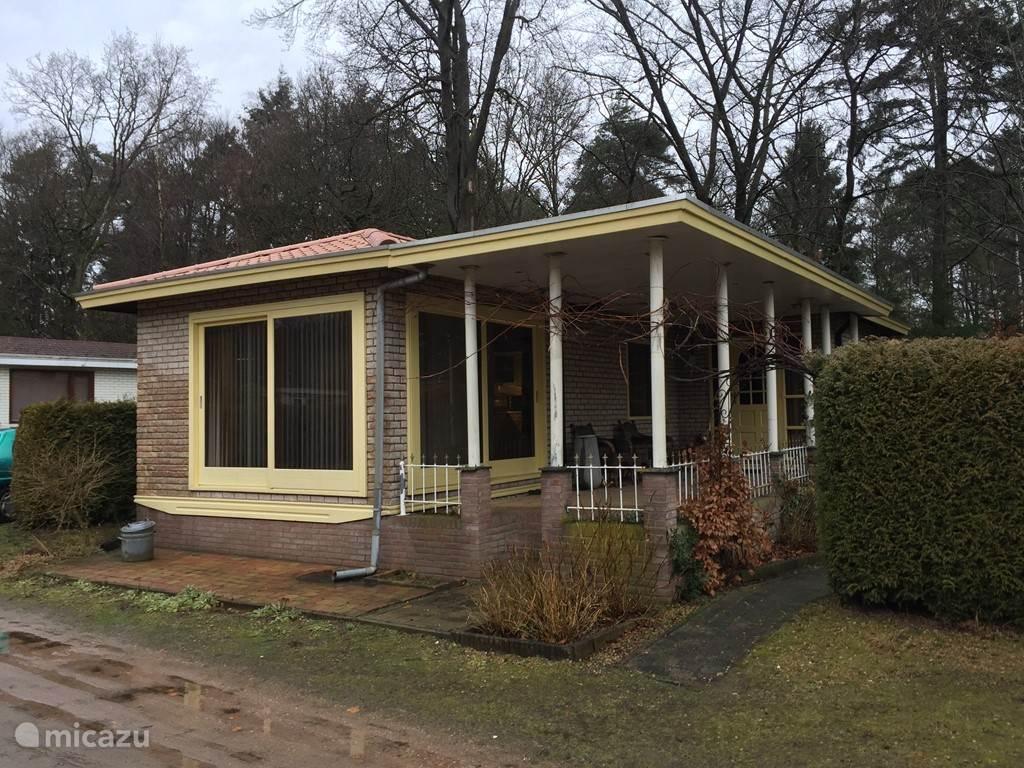 Grote veranda en parkeren voor de bungalow (permanent)