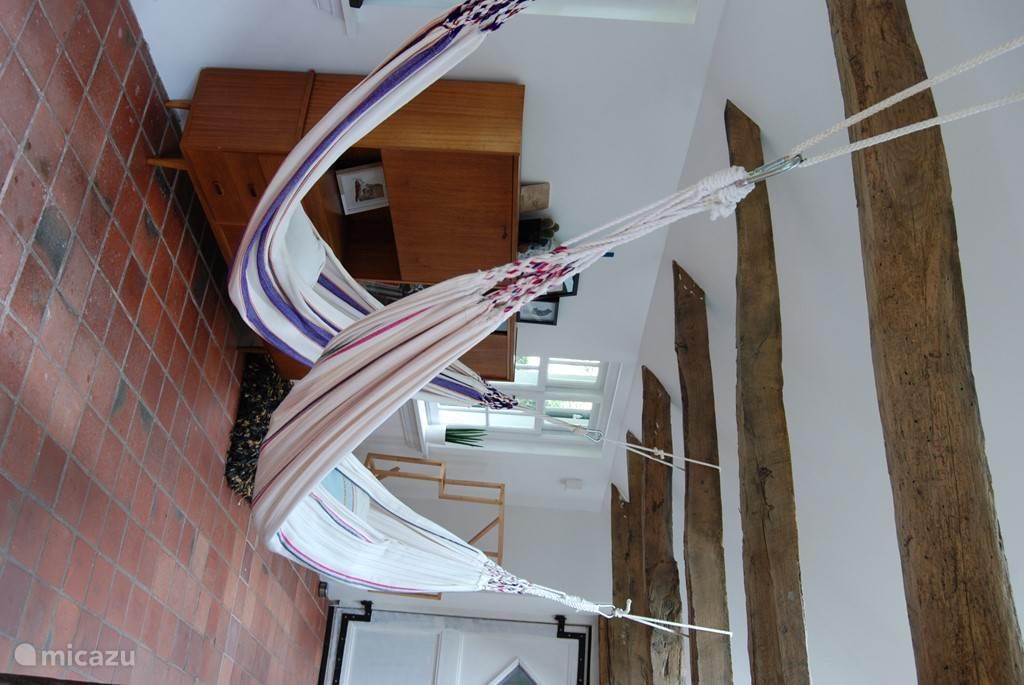 Hangmatten in de woonkamer! Desgewenst te verplaatsen naar buiten natuurlijk.