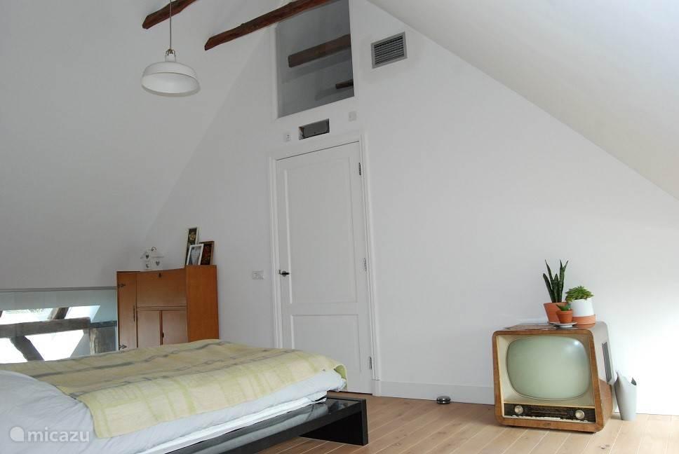 Master bedroom - een TV en een vintage kastje bijvoorbeeld.