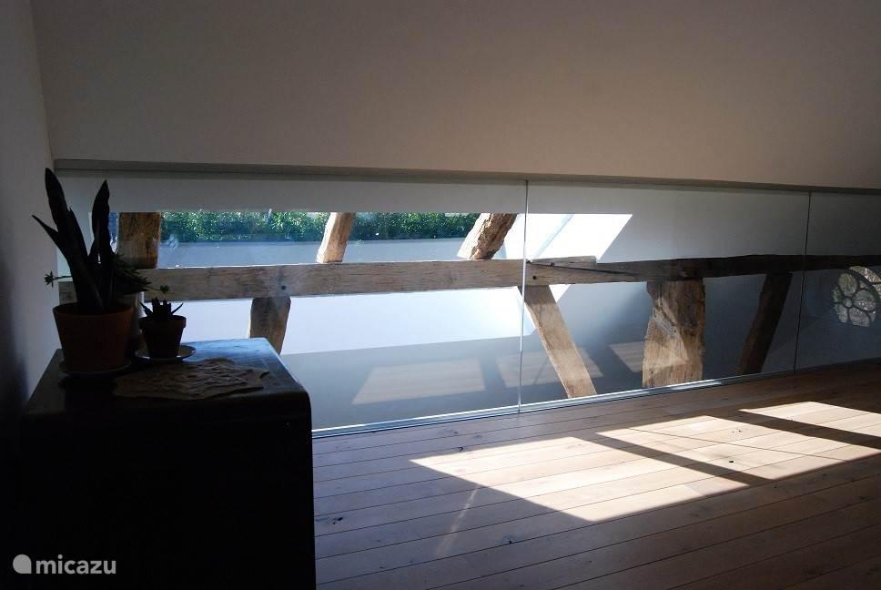 Master bedroom - uniek lichtinval door gebinten in combinatie met glazen wanden, nu van de andere zijde bezien.