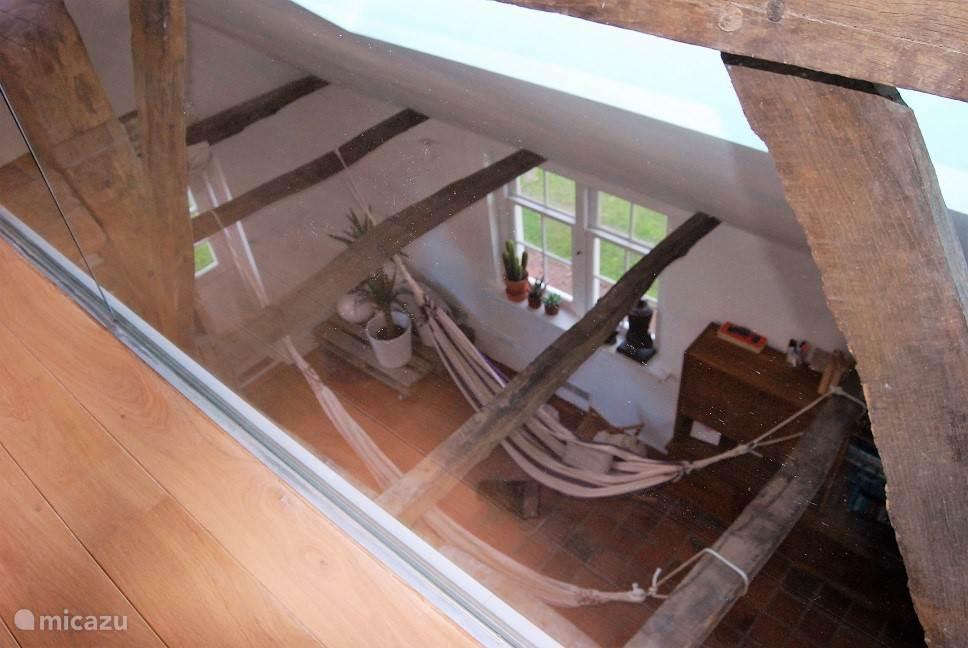 Master bedroom - doorkijk naar beneden door glazen wand.