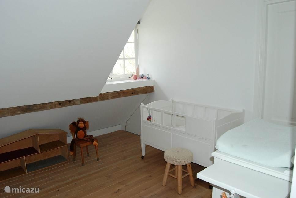 Slaapkamer 2. Kinderbedje op de foto kan vervangen worden door twee enkele bedden.