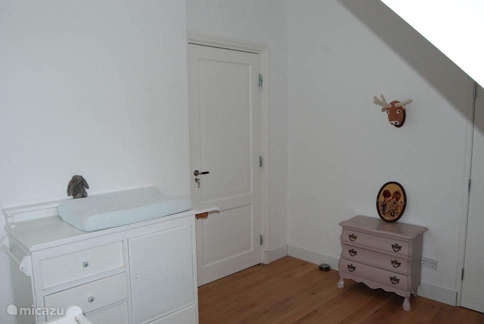 Slaapkamer 2. Rechts naast het roze kastje zit nog een inbouwkast.