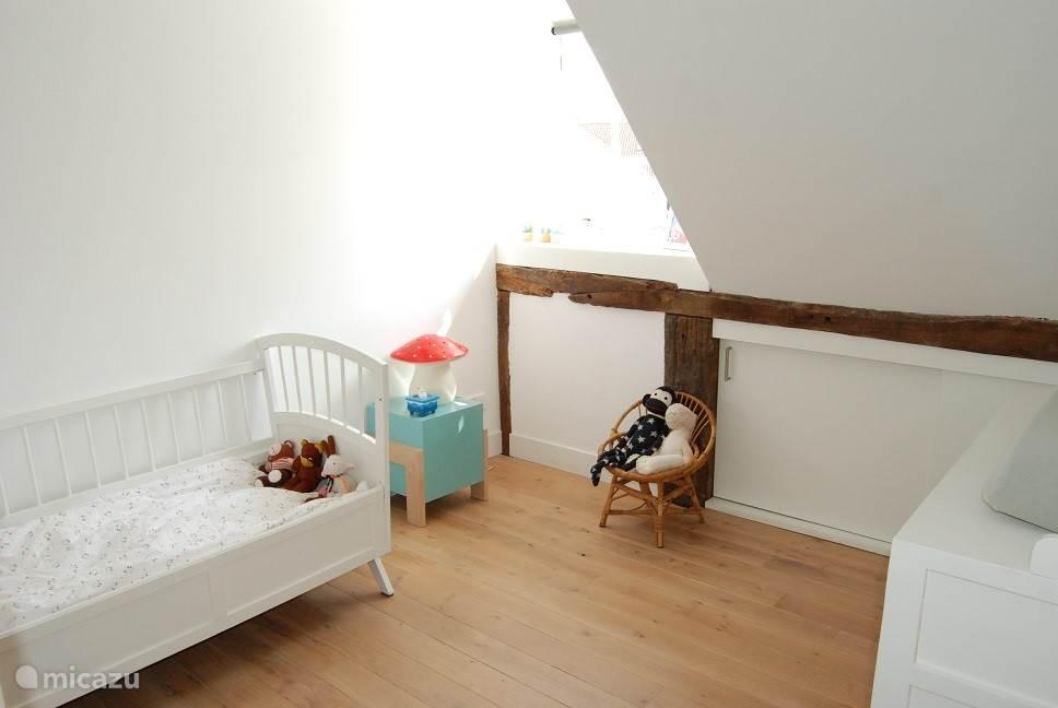 Slaapkamer 3. Kinderbedje op de foto kan vervangen worden door twee enkele bedden.