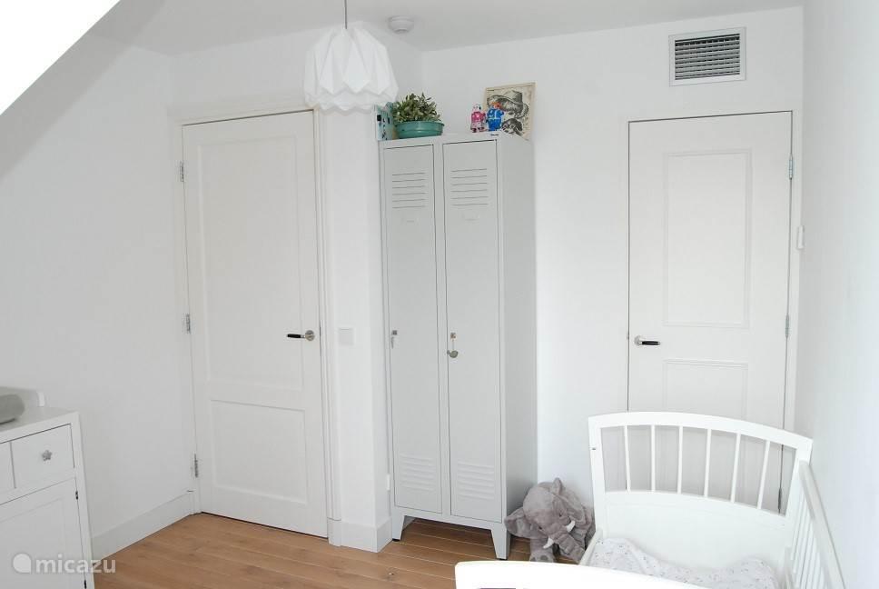 Slaapkamer 3 bevat een inbouwkast en een lockerkast.