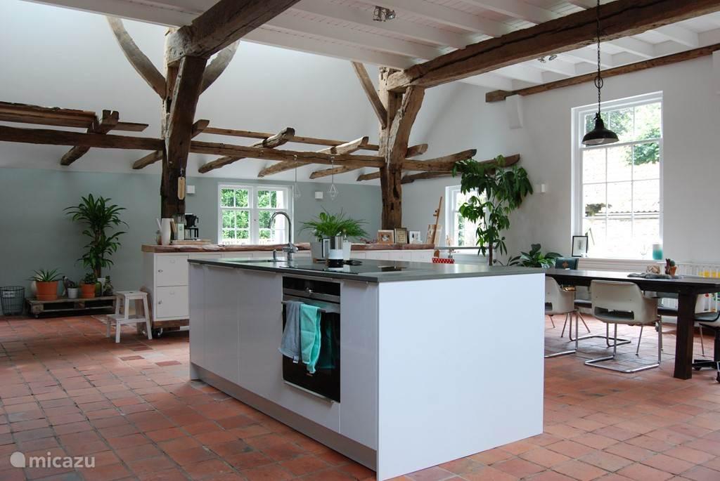 Unieke gebintenbouw met een keuken midden in de woonkamer!