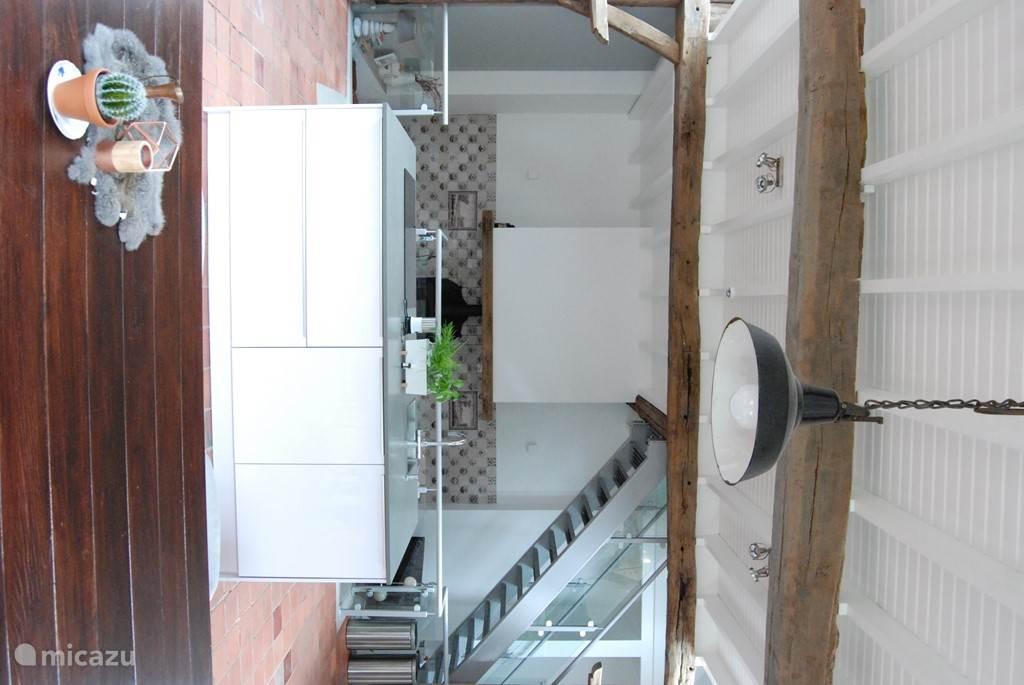 De moderne keuken bevat een cooker, afwasmachine, 2 koelkasten, een 5 pits inductie kookplant en een magnetron / oven.