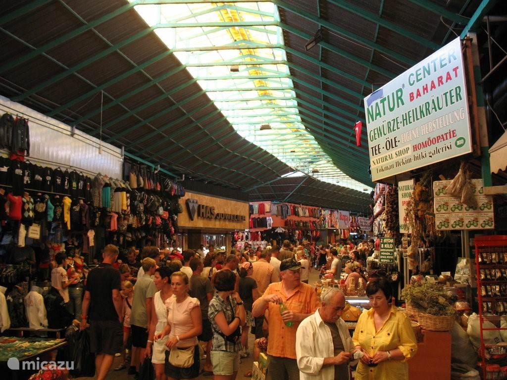 De markt van Manavgat. Niet alleen een grote versmarkt.