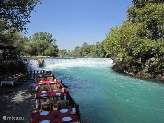 Overdag lekker lunchen bij Manavgat Waterfalls