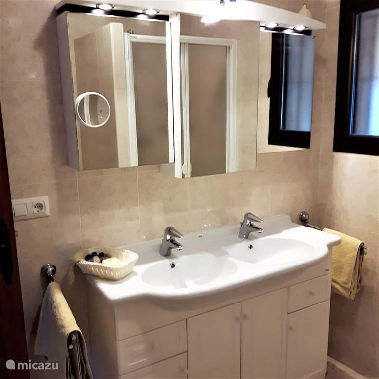 Badkamer bij slaapkamer 2