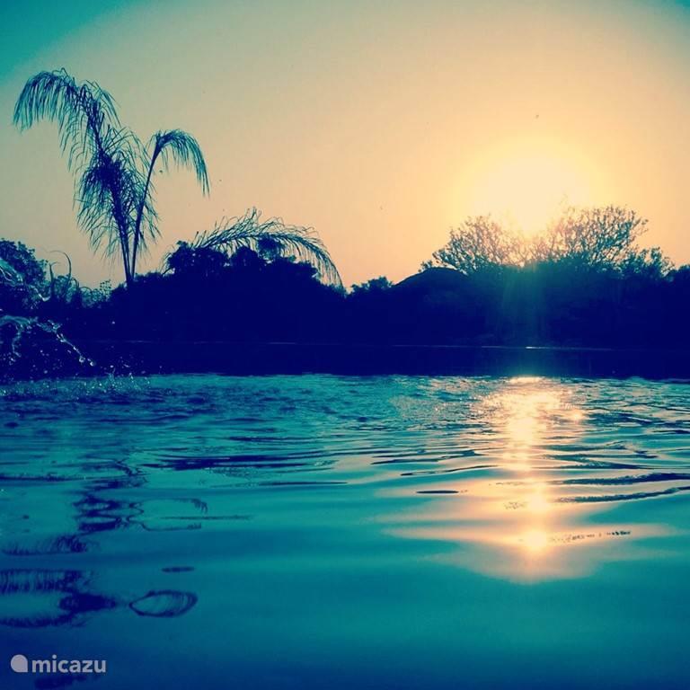 Sundowner vanaf het zwembad
