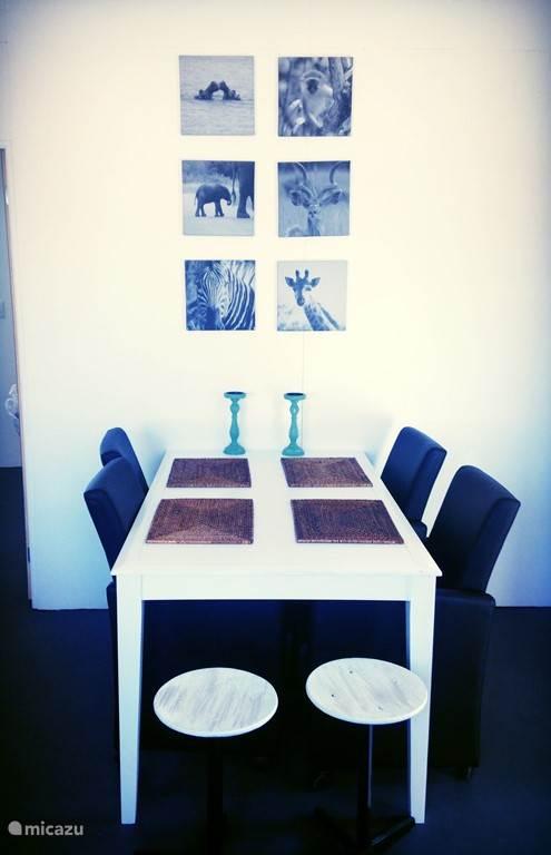 Eetkamertafel met heerlijke stoelen.