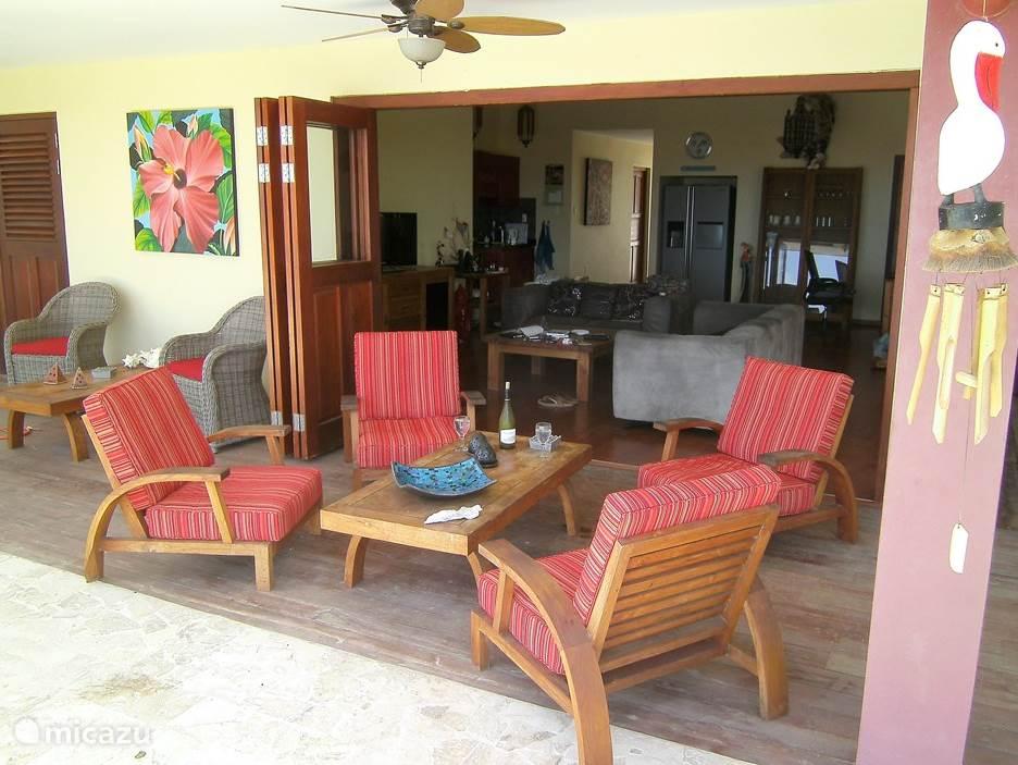 Op de porch zijn diverse zithoekjes.