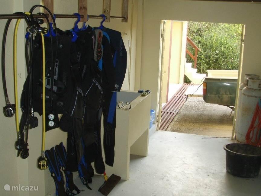 Onder de porche kunt u uw duikspullen uitspoelen en ophangen.