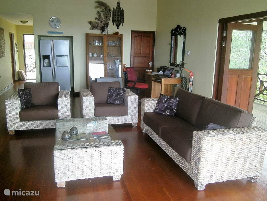 The spacious living room with two open sides facing the wind, is comfortably furnished. There is also TV with Dutch channels, a DVD player and a modern sound system.
