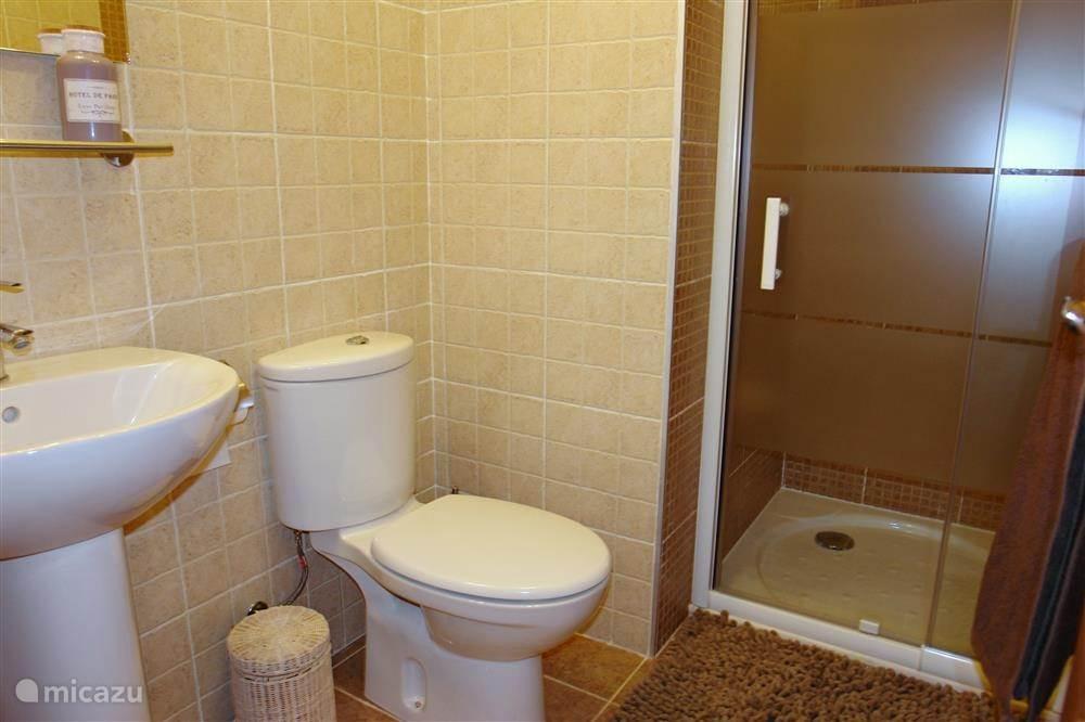 1 van de 2 badkamers. Beide badkamers zijn voorzien van toilet, douche en/of bad, wastafel, verwarming 1 x föhn aanwezig.