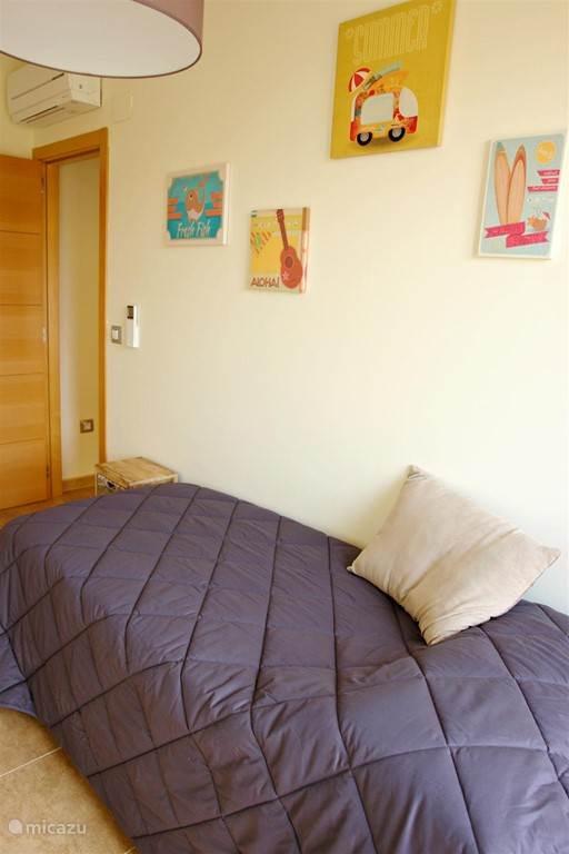 Slaapkamer 3. Het bed kan makkelijk uitgeschoven worden voor een dubbel bed.