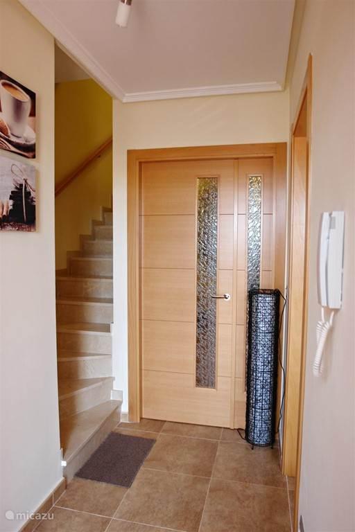 De trap naar boven. Achter de deur bevindt zich de leefruimte. Deze deuren staan meestal open om een open en vrij gevoel te creëren...