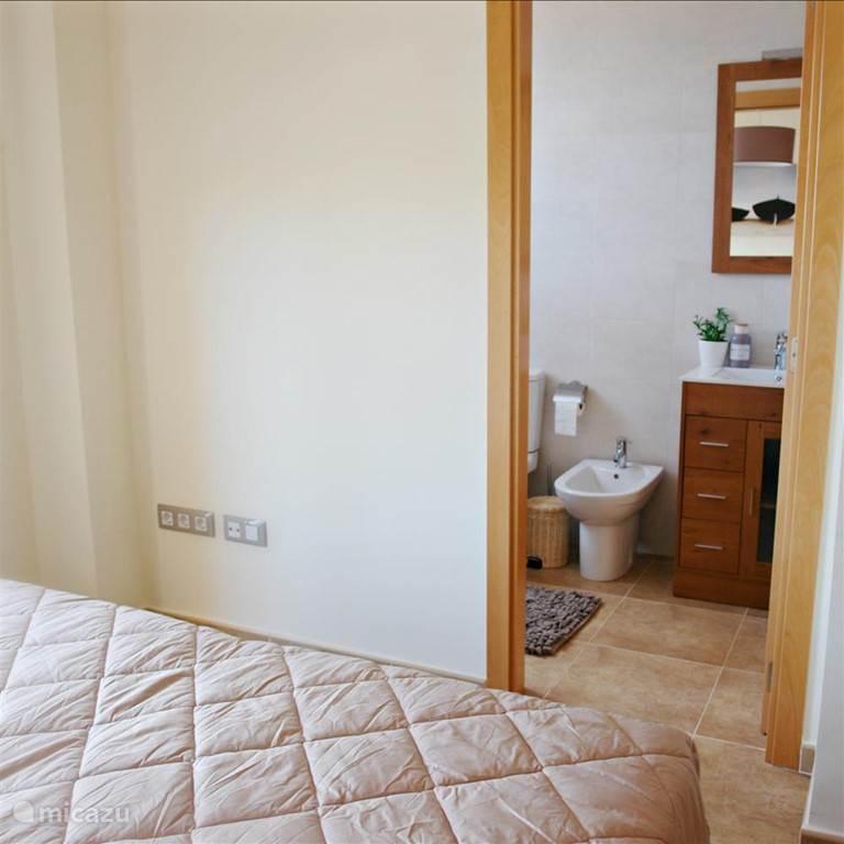 Zicht vanuit de master bedroom. Ensuite de badkamer.