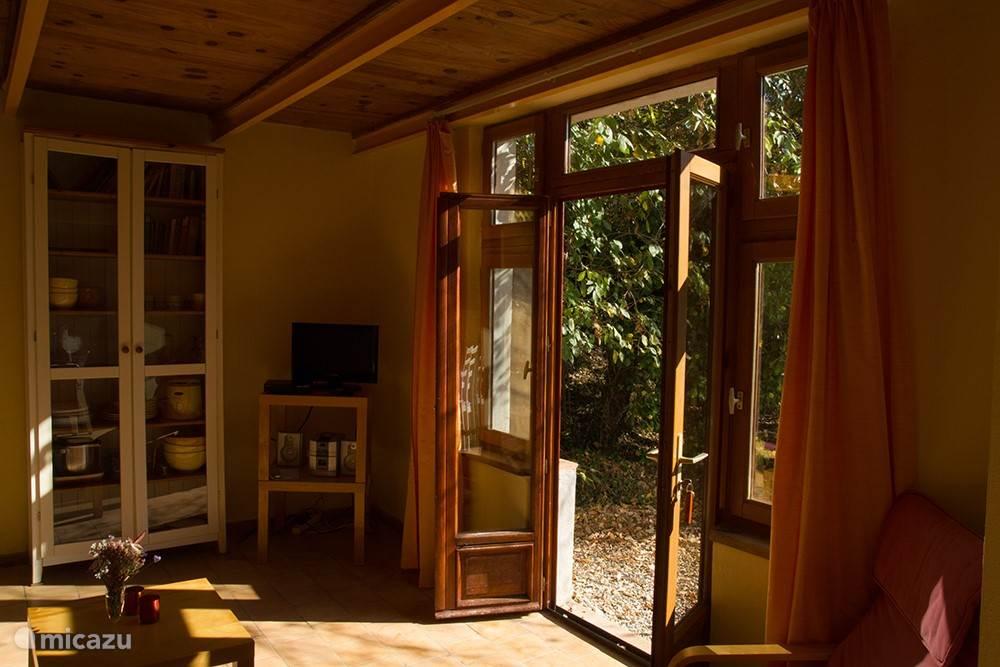 De ruimewoonkamer gezien vanuit de keuken, met toegang tot het terras
