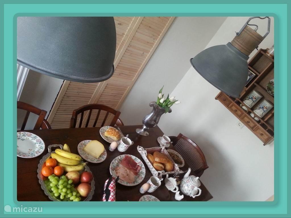 Keuken met 6 persoonstafel