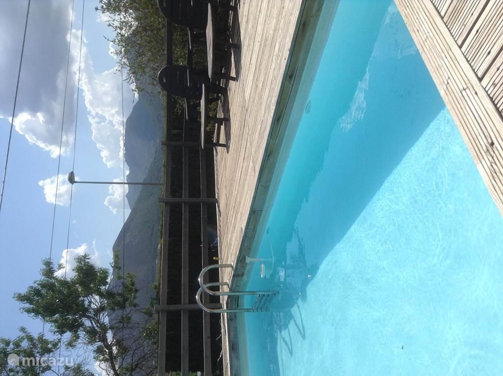 klein zwembad om af te koelen met ligbedden
